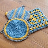 Valley Yarns 366 Crocheted Pot Holders and Trivet Kit